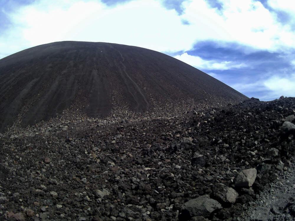 Het zwarte zand van vulkaan Cerro Negro in Nicaragua