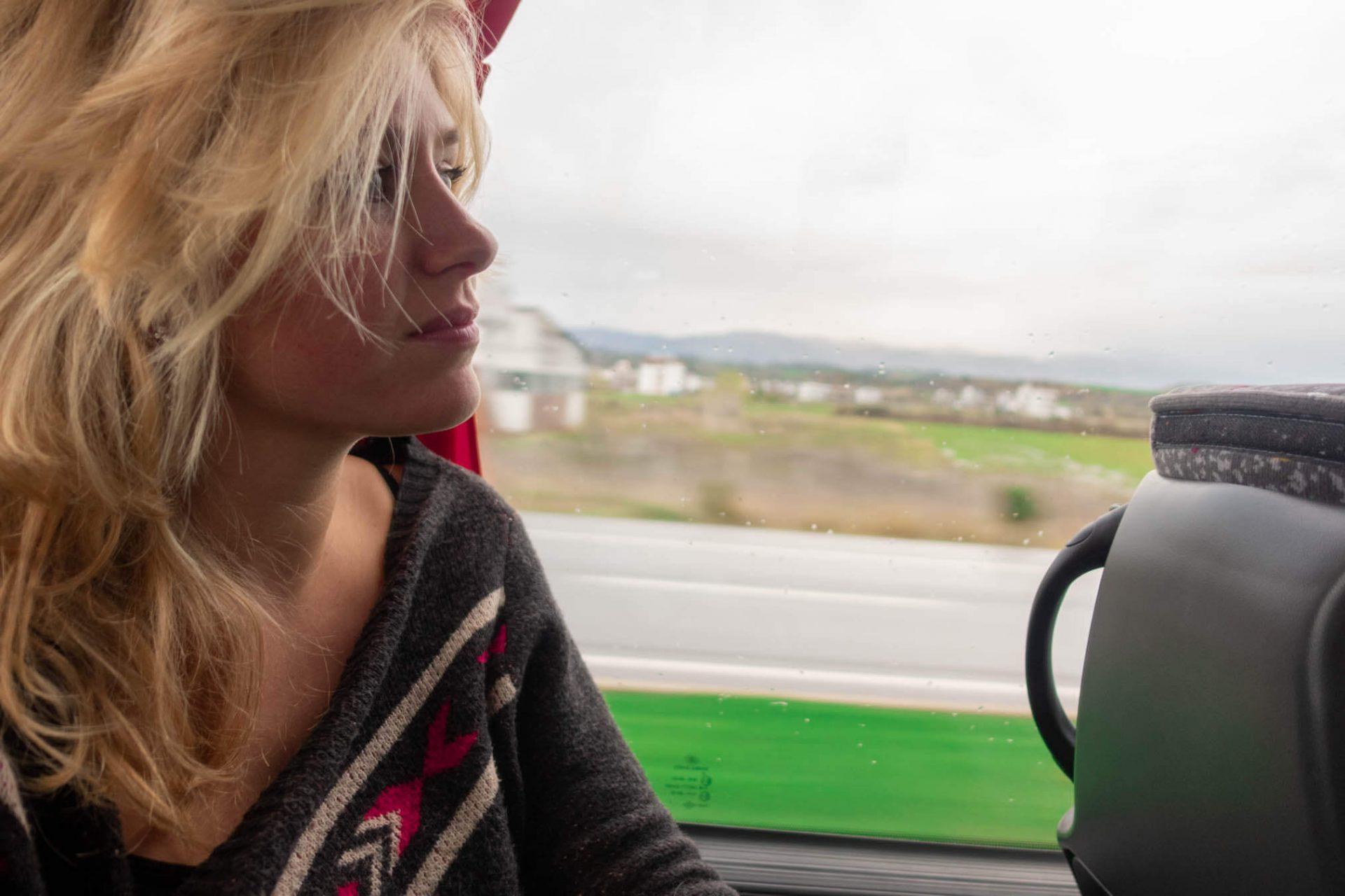 Annika kijkt uit het raam van een touringbus in Turkije