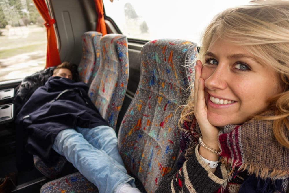 Annika met haar broerjtje in een touringbus in Turkije