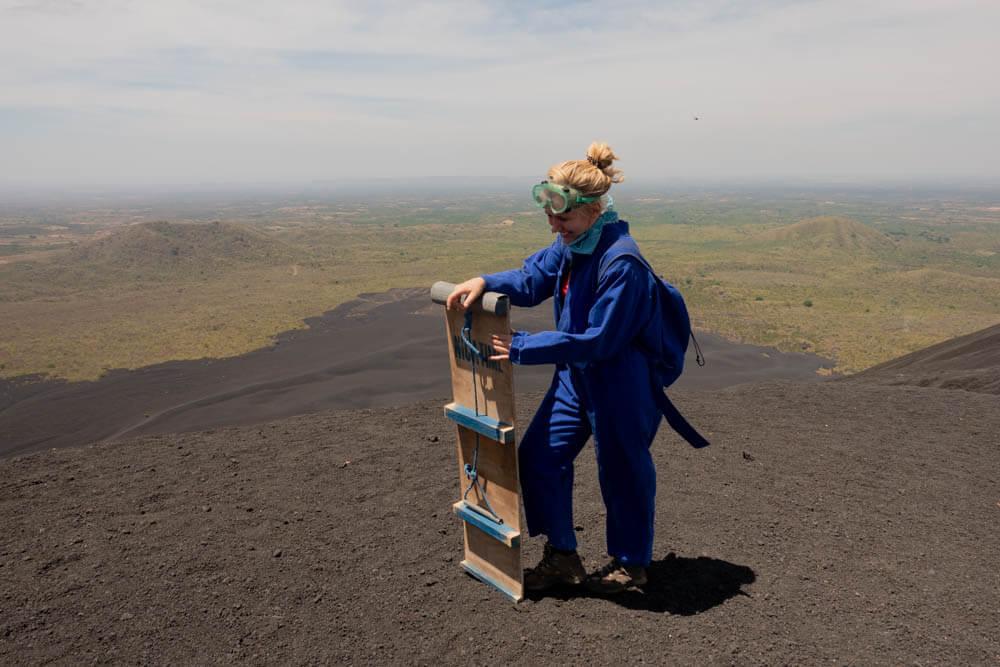 Annika bovenop cerro negro als ze gaat vulkaan boarden in Nicaragua
