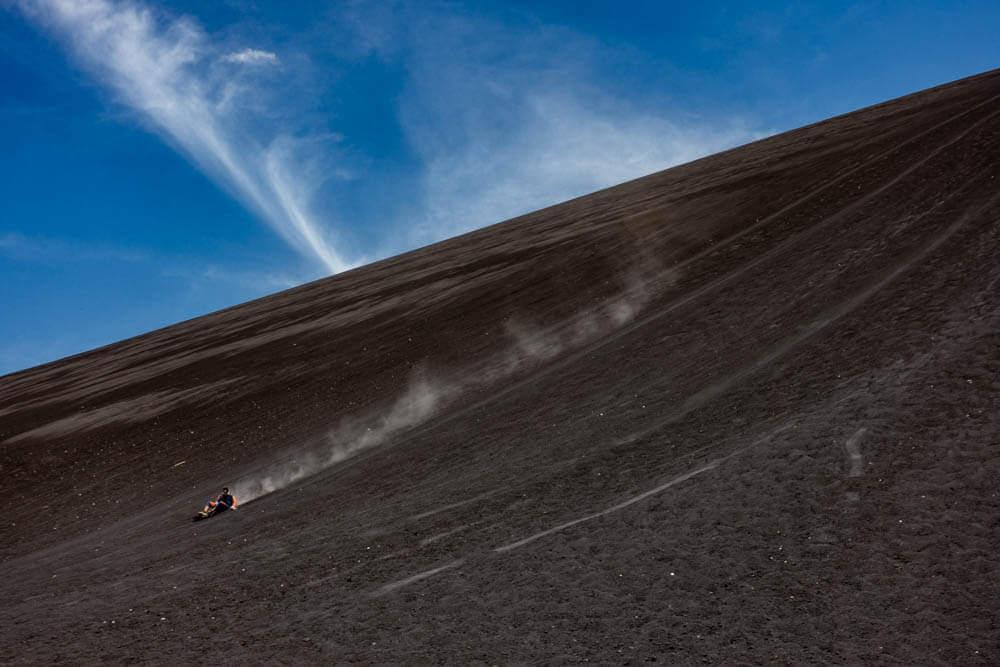 Persoon die van vulkaan Cerro Negro gaat vulkaan boarden