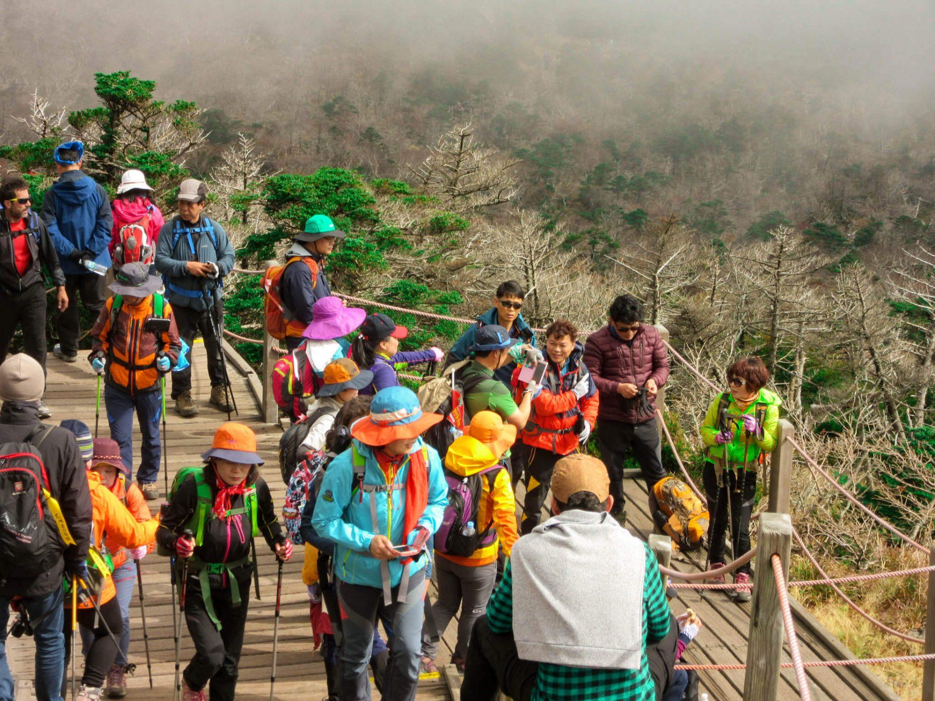 Zuid-Koreanen in felgekleurde hike kleding