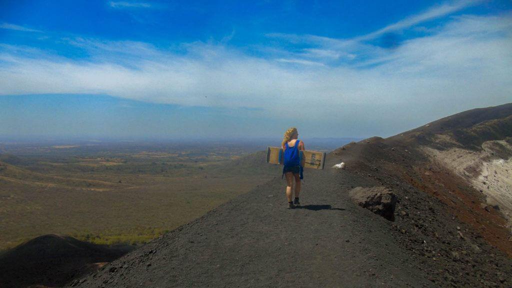 Annika loopt over de rand van vulkaan Cerro Negro in Nicaragua
