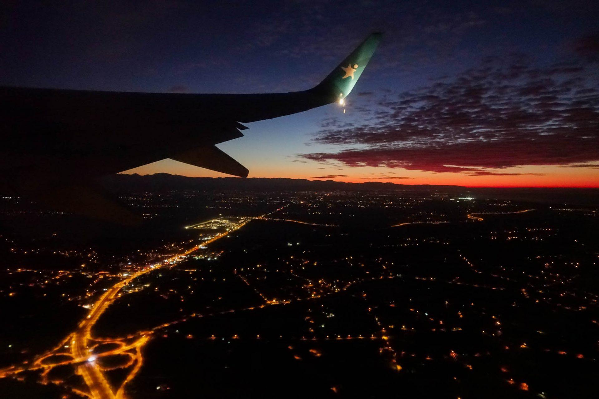 Vliegtuig vliegt tijdens de zonsondergang