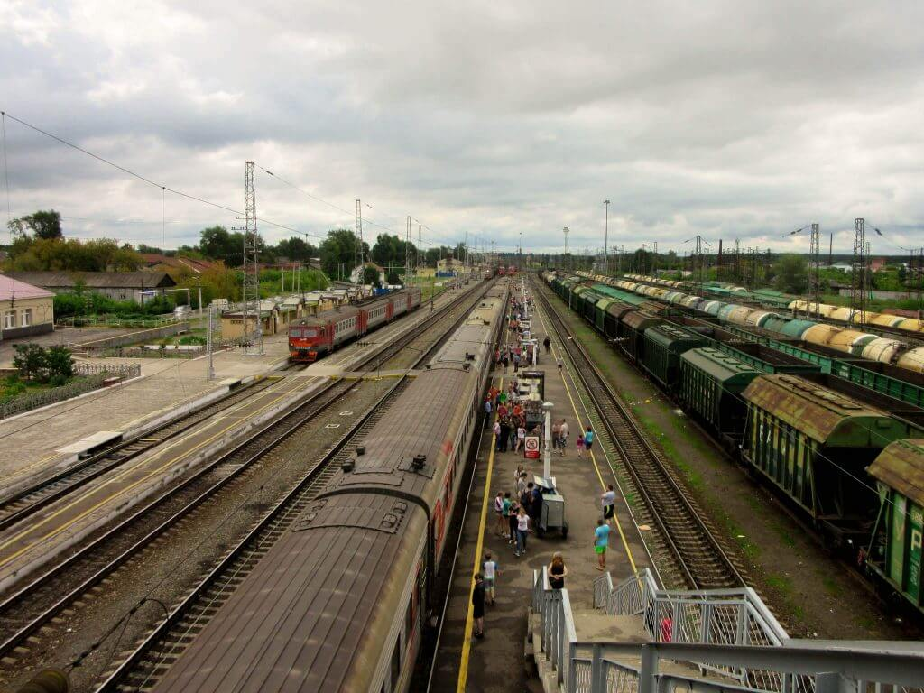 Treinen die aankomen op een perron langs de Transsiberische spoorweg
