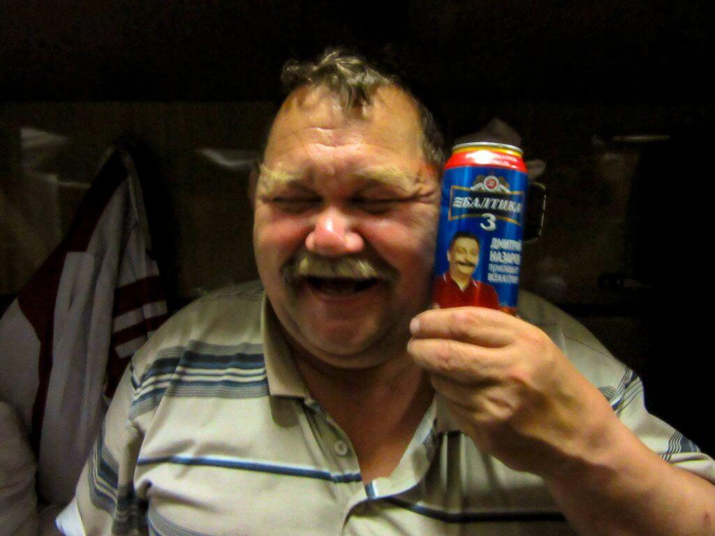 Vrolijke Rus Nicola met zijn Russische bier in de Transsiberië Express