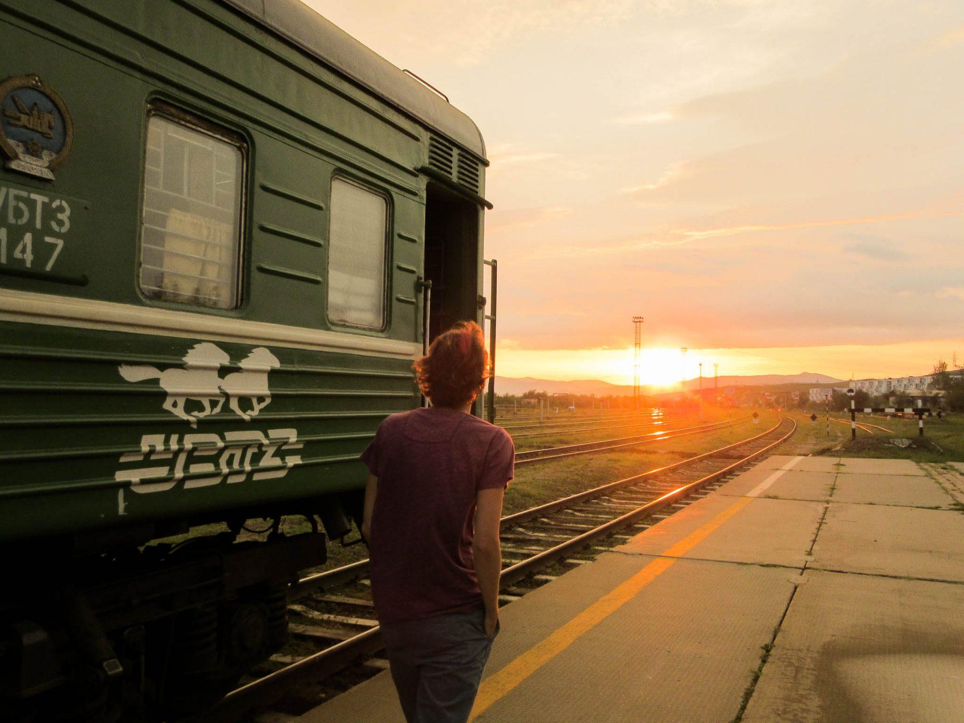 Ondergaande zon die op het perron schijnt waar de Transsiberië Express staat