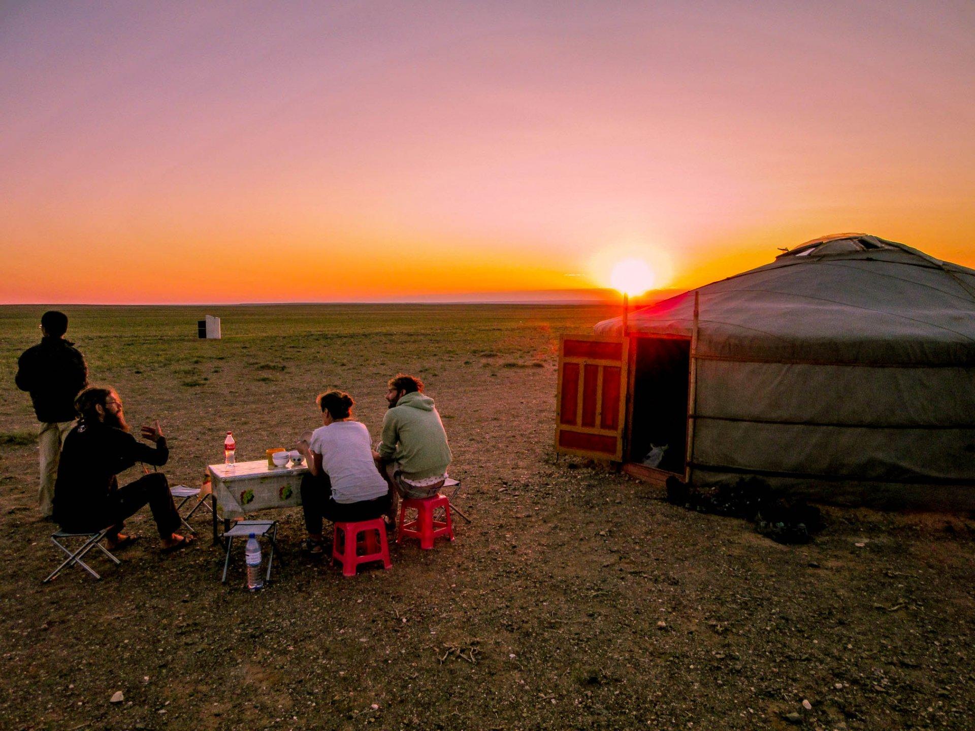 Bij een ger genieten van de zonsondergang in de Gobi