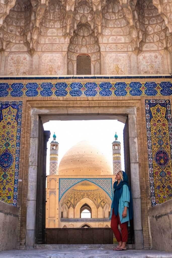 Annika in Iran bij een moskee in Kashan